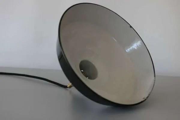 donkere geëmailleerde hanglamp detail witte binnenkant