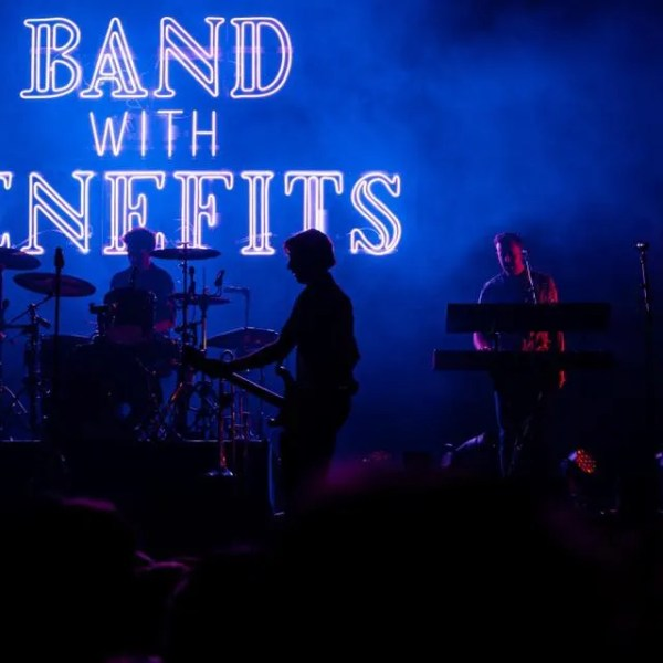 LOGO band with benefits LEDNEON