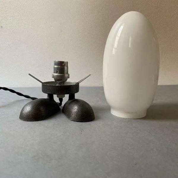 Gietijzeren lampje op voeten met opaline stolp 6