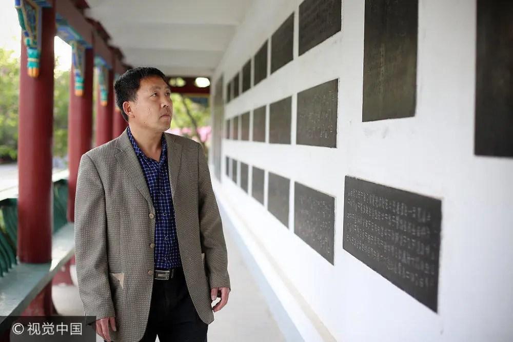 河南開封男子25年雕刻數千塊石碑 價值近百萬
