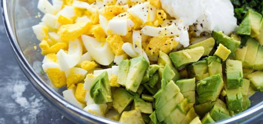 Кремообразна салата от яйца, авокадо и подправки