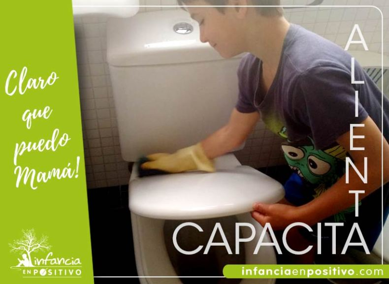 Niño limpiando su wc