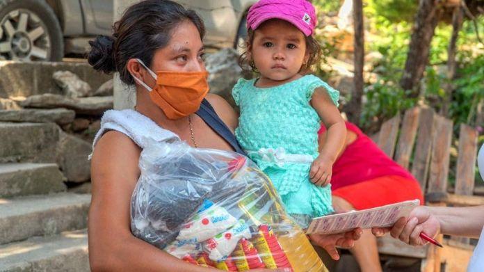Reparto de vivieres en San Cristóbal Ac