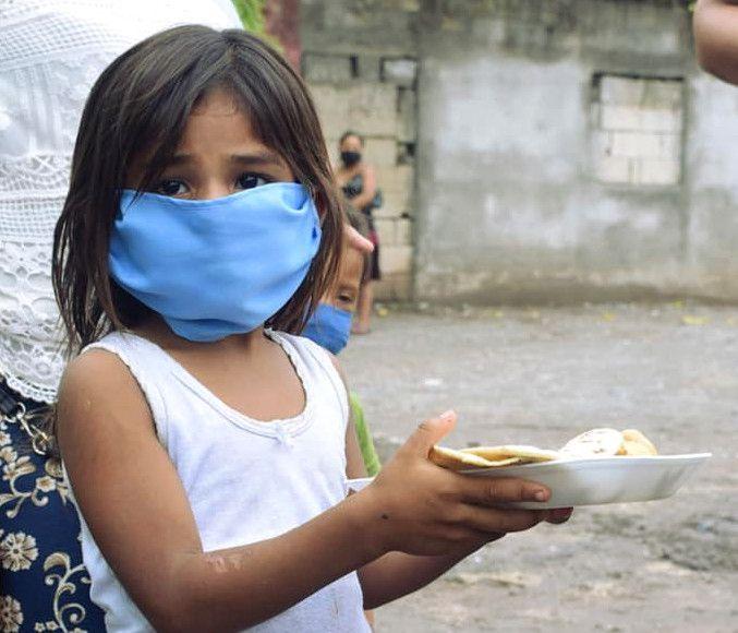 Niña recibe alimentos en Quebrada Seca (San Agustín Acasaguastlán)