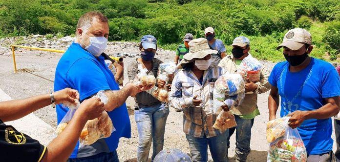El alcalde de Guastatoya entrega las bolsas