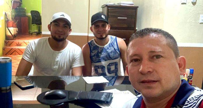 Profesor Gerson Morales y dos exalumnos Indicoogua, equipo de distribución