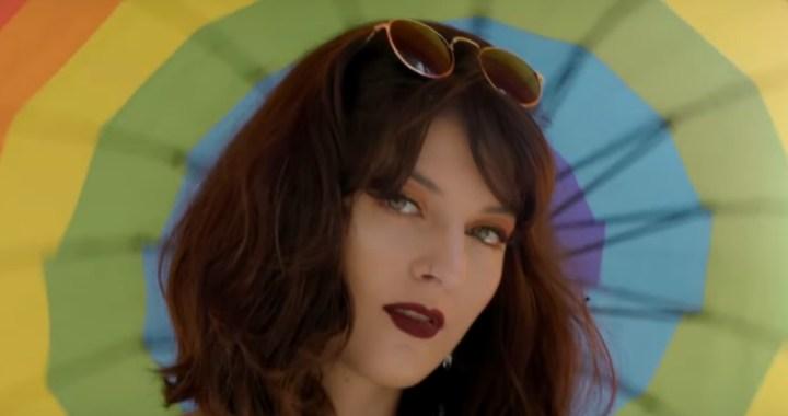 """Gabriela Brown celebra o amor livre em """"Meu Carnaval"""""""