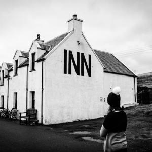 Tour Skye to have a drink at the oldest pub, Steinn Inn