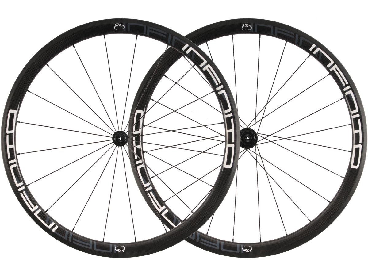 https://infinito-cycling.com/wp-content/uploads/2019/01/R4T-Witte-velg-Zwarte-naaf-1.jpg