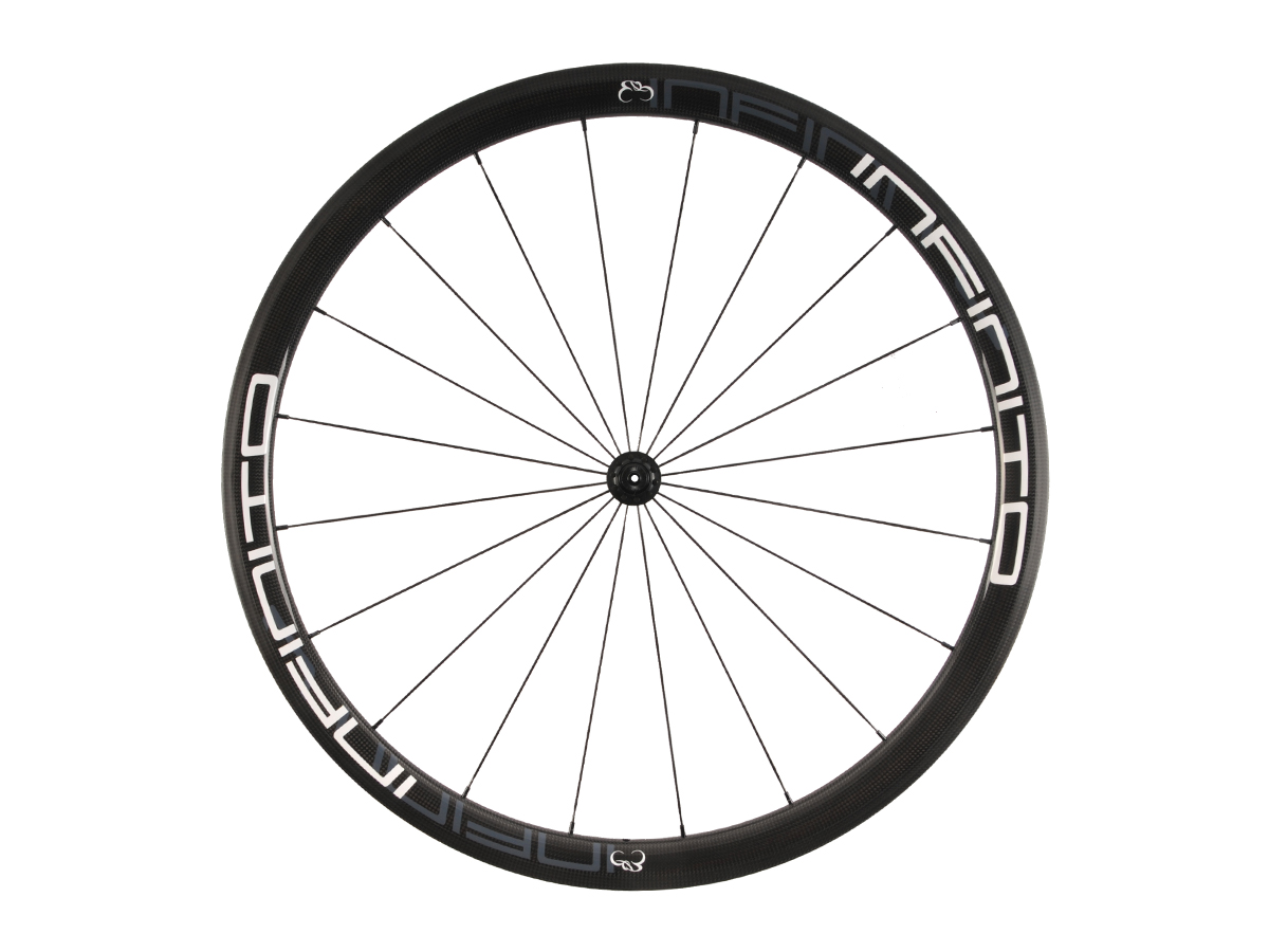 https://infinito-cycling.com/wp-content/uploads/2019/02/R4T-Witte-velg-Zwarte-naaf-Front-1.jpg
