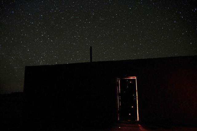 """Uma casa de barro em Damla (""""gota d'água""""), uma vila no deserto de Karakum no Turcomenistão. Aqui, a chuva é a única fonte de água. Carolyn Drake/MAGNUM PHOTOS, 2009"""