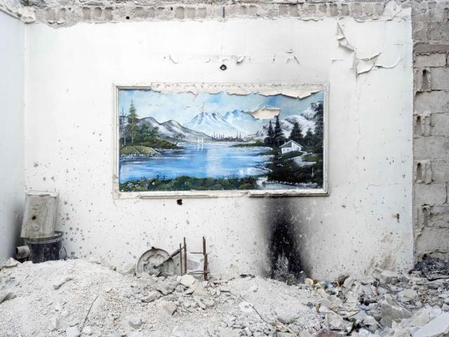 Uma pintura dentro de um edifício destruído em Kobanî, Síria. Lorenzo Meloni/MAGNUM PHOTOS, 2015