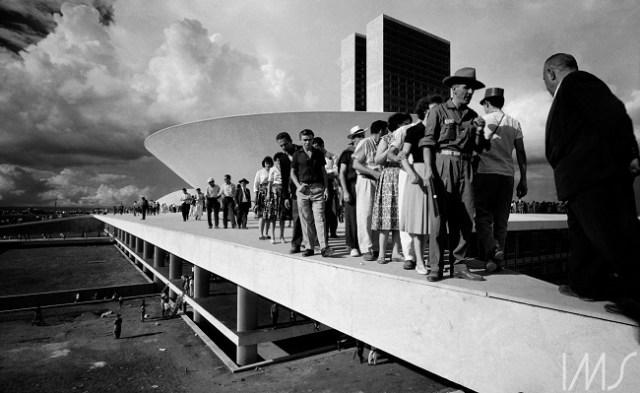 Populares sobre cobertura do palácio do Congresso Nacional no dia da inauguração de Brasília, de Thomas Farkas (Thomas Farkas/IMS/www.ims.com.br/Reprodução)