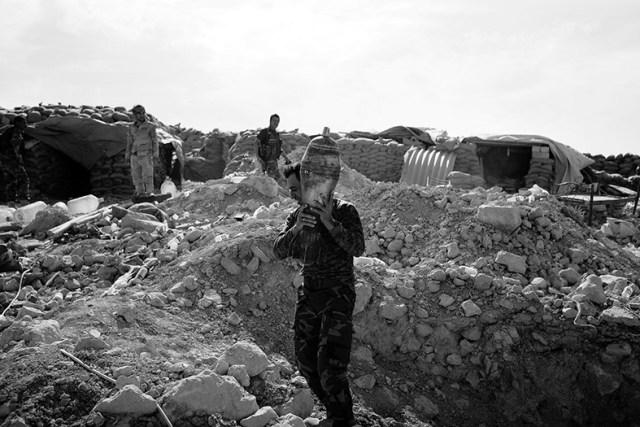 Soldado recolhe um morteiro que caiu sem detonar para que os peshmergas explorem o artefato no quartel. Quatro morteiros explodiram entre 30 e 10 metros de onde o fotógrafo se encontrava.