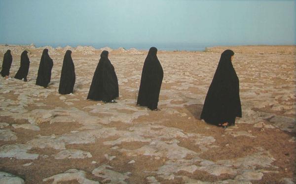 Rapture series (women in a line), foi realizada por Shirin Neshat em 1999 e é representada no Paris Photos pela galeria portuguesa Filomena Soares  Shirin Neshat/Galeria Filomena Soares