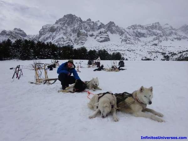 Dormir en iglú y mushing en los Pirineos