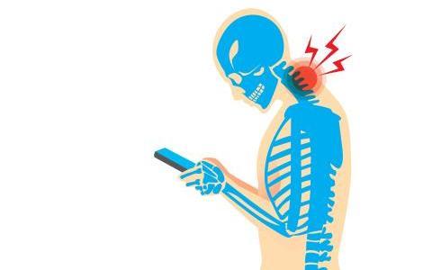 スマホの使い過ぎで首痛・肩こりの方が増えています。