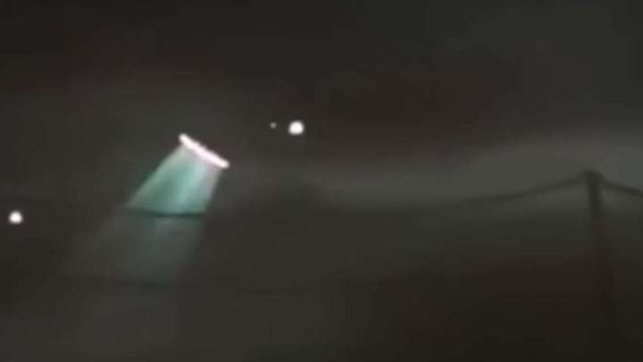 UFO was recorded in the shape of a cigar with flashing lights over Paris