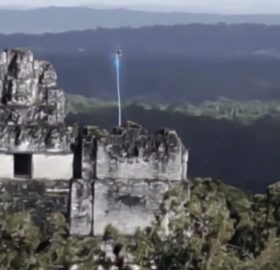 Authentic or not, two videos recorded in Tikal, whose veracity is quite questioned have become viral in social networks after thousands of people shared what appears to be the presence of an Unidentified Flying Object on the temple of the ruins of Tikal, in Guatemala.