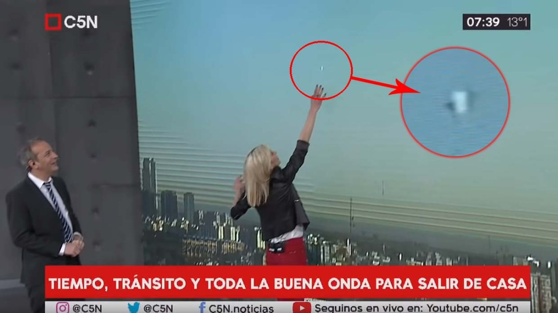 UFO appeared during a live Argentine news program(UFO in Buenos Aires)