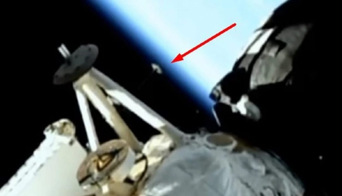 Object approaches astronauts of the ISS and the broadcast is mysteriously cut