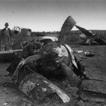 Югославские мирные жители рассматривают разбитый штурмовик ИЛ-2