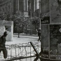 Карикатуры, призывающие не верить пропаганде стран антигитлеровской коалиции, на столбе на улице Белграда.