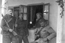 Югославские партизаны у дома в освобожденном городе Нови Бечей (Северная Сербия)
