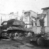 Подбитый советский танк Т-34-85 у железнодорожного вокзала Белграда.