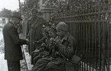 Местный житель угощает сигаретами бойцов Народно-освободительной армии Югославии.
