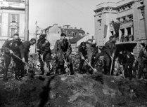 Советские офицеры засыпают братскую могилу советских солдат, погибших при освобождении Белграда.