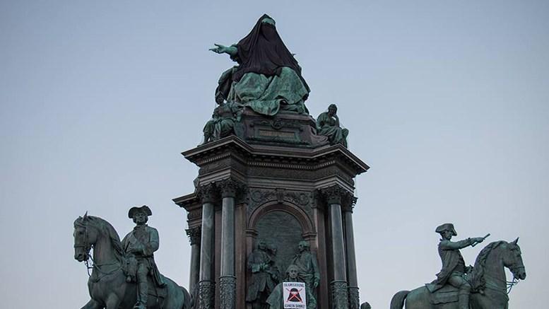 Die Identitären verhüllten die Statue als Protest gegen die Islamisierung.