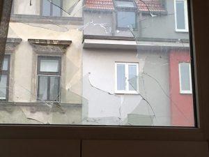 Durch dieses Fenster flog eine Weinflasche ins Zimmer.