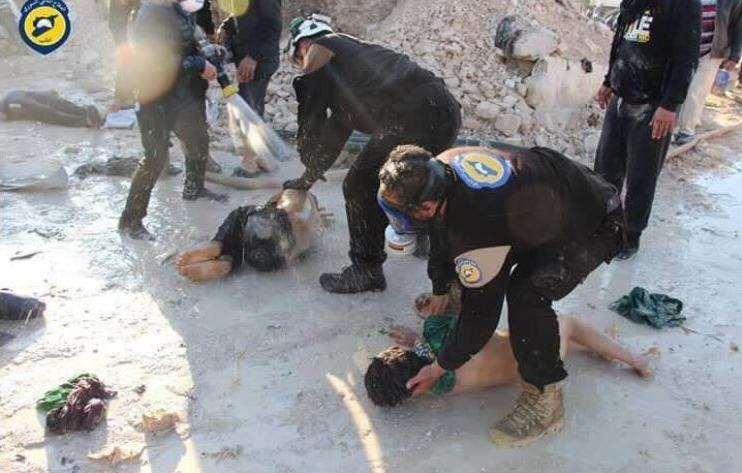 Das Giftgas Sarin entfaltet schon bei einem Tropfen tödliche Wirkung. Die angeblichen Opfer werden hier ohne Handschuhe berührt.