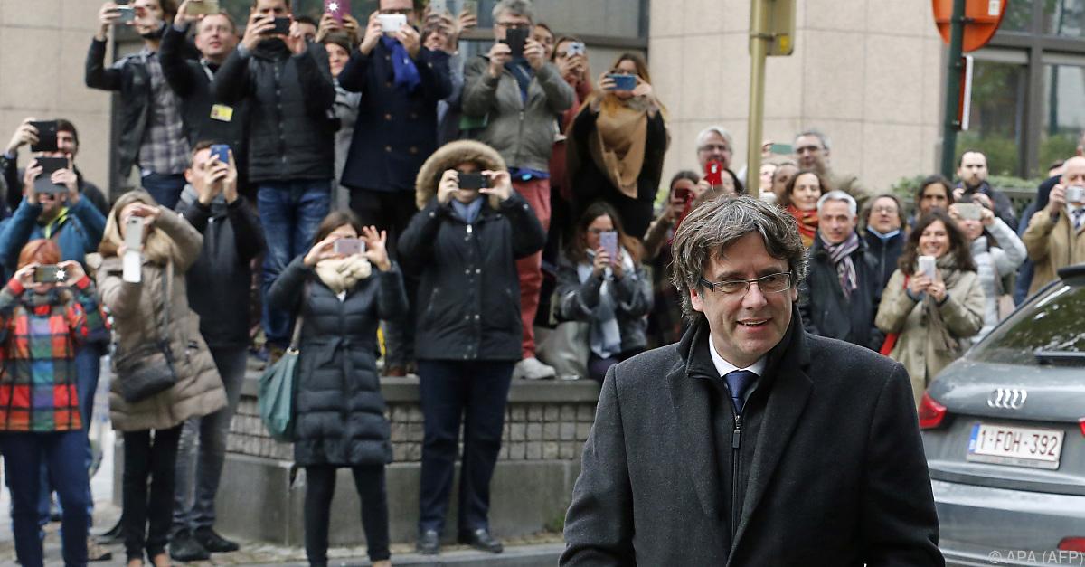 Puigdemont und vier Minister stellen sich der Polizei