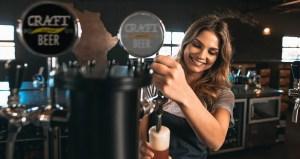 Frau zapft Bier in Kneipe Vrouwenpolder