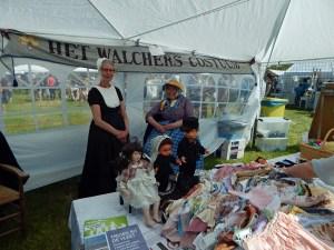 Frau in typischer Tracht Zeelands vor Verkaufsstand