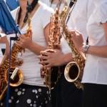 Drei Saxophon in den Händen junger Frauen Festival Vlissingen
