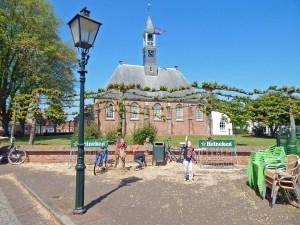 Kirche von Koudekerke mit Vorplatz
