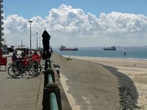 Deich Vlissingen mit Fahrrädern links und Schiffsverkehr rechts