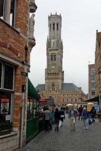 Turm Belfried in Brügge aus einer typischen Gasse gesehen