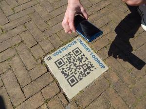 """""""Fußspur"""" in Westkapelle mit Informationen zur Künstlerin Charley Toroop"""
