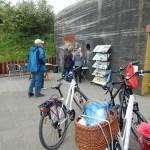 Fahrräder vor Bunker Zoutelande mit Besuchern bei Bunkerroute Zeeland