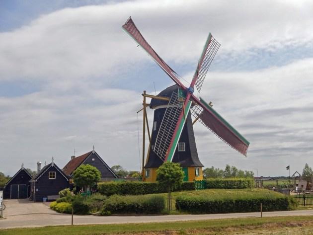 Die gewaltige Windmühle von Serooskerke mit Tuch