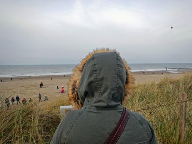 Domburg am Strand Winter mit Frau im Vordergrund