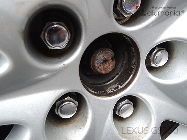 レクサスGS350のセンターキャップのみを取り外したリヤ状態