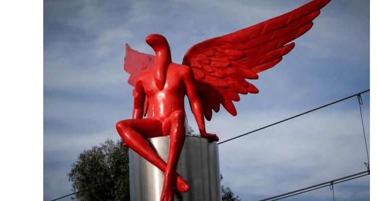 """Řečtí věřící protestují proti soše """"Lucifera""""."""