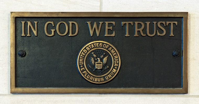 """Heslo """"Bohu důvěřujeme"""" na budovách amerických škol"""
