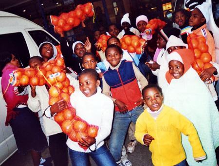 Waisenkinder freuen sich über geschenkte Apfelsinen, Limpopo Provinz, Südafrika