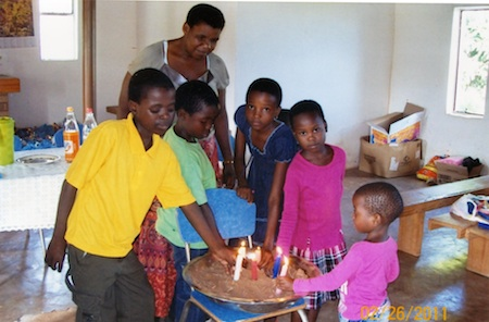 Kinder zünden Kerzen im Andenken an ihre verstorbenen Mütter an